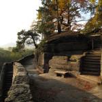 Vpravo dřevěné schody z r.1995. Díky důkladné impregnaci je konstrukce dosud nedotčena.