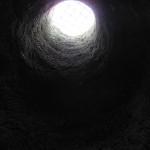 1) Hrdlo 7m hlubokého džbánu - původně jediný přístup