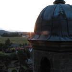 Letní slunovrat. Do místa východu Slunce na severovýchodním obzoru je namířena kosá stěna osmiboké lucerny.