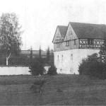 Tzv. starý zámek pod hradem, postavený kolem r.1562 Zikmundem Berkou z Dubé. Renesanční kamenná a hrázdědá stavba zřejmě nahradila starší tvrz.