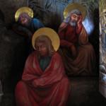 Učedníci Petr, Jakub a Jan spící v potemělém koutě pod olivovníky Getsemanské zahrady.