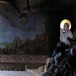 Severočeská krajina s Poustevnickým kamenem (skalním hradem) pod přilétajícím andělem.