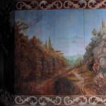 V levém zákoutí u okna pískovcový úvoz s cypříši a Božím hrobem.