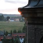 Letní slunovrat. Do místa východu Slunce na severovýchodním obzoru je namířena kosá stěna lucerny.