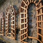 2) Umístění treláží na stěnu glorietu pod sochou poustevníka