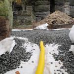 Vrstvení štěrku na geotextilii - nároží jižního a západního traktu