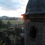 Kosá stěna lucerny míří k bodu východu Slunce o letním slunovratu