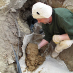 Zaústění drenáže - utěsňovýní odpadní trubky v otvoru jílem 1