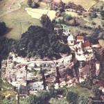 Foto asi z r.1954. Za hradem prosvítají trosky renesančního domu Berků, který po 2. svět. válce ještě stál. Pak byl dán usedlíkům v plen na stavební materiál.