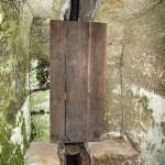 Zaústění drenáže - průchod odpadní trubky skalní spárou o patro níž