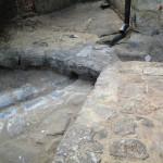 Dokončování povrchů - místo nad zaústěním drenáže s  vytvořeným žlábkem na odvod vody ze střechy