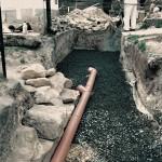 7) Štěrková drenáž a trubka na vodu ze střechy