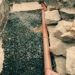 8) Štěrková drenáž a trubka na vodu ze střechy