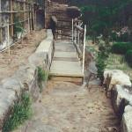 8) Terasa spodní -můstek a dozděný záhon
