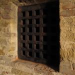"""Dřevěná mříž z r.2010 byla filmovými aranžéry v r.2013 """"překována"""" na středověké železo"""