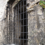 Okenní otvor s mříží