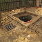 Skladba odvádějící vodu od otvoru jámy