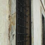 Zbytky rámů a kování vnějších oken