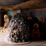 Obraz s ukřižovaným Kristem je umístěn na stěně v pozadí, nikoliv na vrcholu Olivové hory