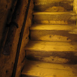 Osvětlení temného schodiště nad pokladnou