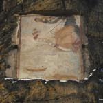 Es ziehet die unwiederrufliche Zeit dahin. Čas tam neodvolatelně spěje (míněno zřejmě ke smrti a životu na věčnosti). Datováno MDCCI (1701). Autorem obrazu slunečních hodin je zřejmě druhý poustevník Václav Rincholin.