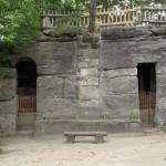 Grotty v západní stěně. Mezi nimi zazděné starší, snad středověké schody