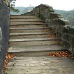 Opravené dřevěné obložení schodů na horní terase