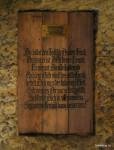 Uvnitř sluje deska s romantickou básní o smrti, která je ti přítelem.