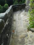 Stav před úpravou. Dalším sešlapáním povrchu by došlo k narušení konstrukce a spádu a následnému průniku vody do skály sanované po havárii z r. 2013